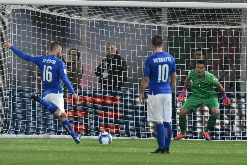 Danielle De Rossi mengeksekusi penalti pada laga kualifikasi Piala Dunia 2018, Italia lawan Albania di Palermo, Sabtu (25/3) dini hari WIB. Italia menang 2-0.