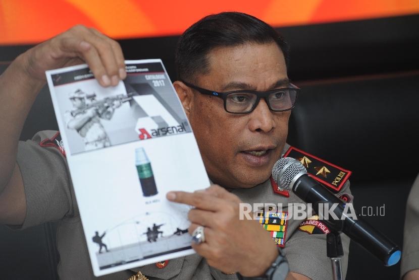DanKorp Brimob Polri Irjen. Pol. Murad Ismail menunjukan type senjata dan jenis peluru di kantor Mabes Polri, Jakarta, Sabtu (30/9).
