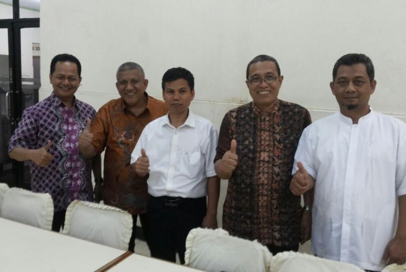 Dari kanan ke kiri, Dr Jaka Warsihna (sekum ib), Dr Awaluddin Tjalla (kapuskurbuk), Dr M Zain (kepala lektur keagamaan kemenag),  Dr Zulfikri Anas (direktur iib), dan Afrizal Sinaro (ketua Dewan Pertimbangan Ikapi DKI).