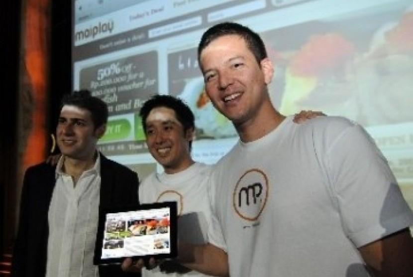 Dari kiri: Co-Founder Facebook Eduardo Saverin, CEO Maiplay, Jon Sugihara, dan Co-Founder Maiplay, Andrew Roth, menjelaskan akun maiplay.com saat peluncuran perdana di Jakarta beberapa waktu lalu.