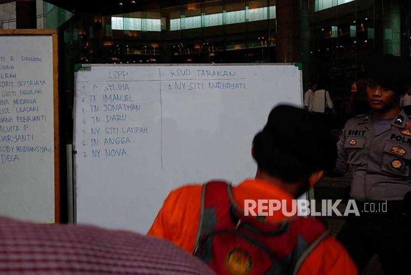 Data nama korban serta lokasi Rumah Sakit yang dipasang di Gedung BEI, Senin (15/1).