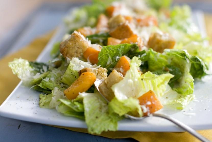 Daun selada Romaine merupakan bahan utama untuk salad, terutama Caesar Salad.