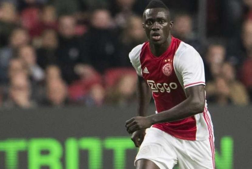 Barcelona Kepincut Bek Muda Ajax Amsterdam