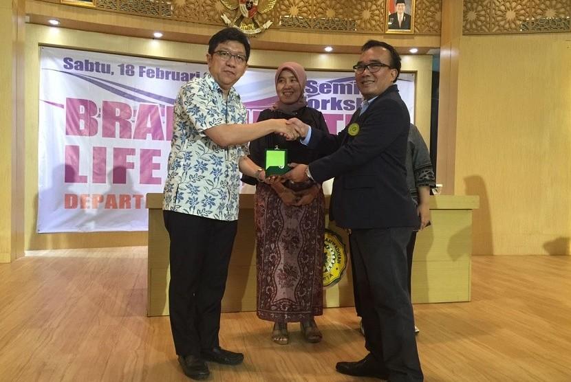 Dekan FKK UMJ, dr. Slamet Sudi Santoso, M.PdKed memberikan cinderamata kepada para pembicara dalam seminar gaya hidup otak sehat di Aula FKK UMJ, Sabtu (18/2).
