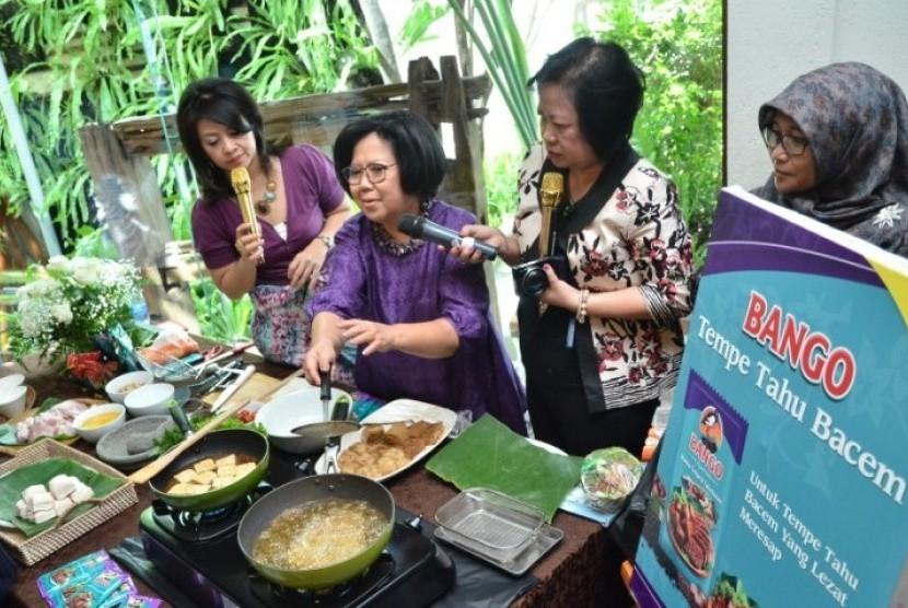 Demo memasak bumbu bacem yang diperagakan oleh Sisca Soewitomo dalam peluncuran Bango Bumbu Bacem, Kamis (11/12).