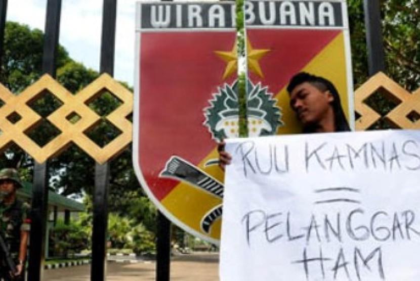Demo menolak RUU Kamnas di Markas Kodam VII Wirabuana, Makassar, Sulawesi Selatan.