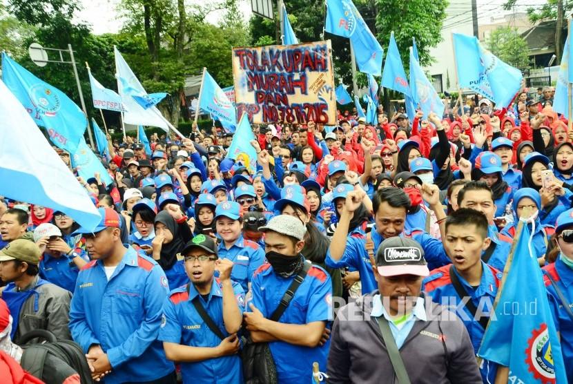 Demo ribuan buruh di depan Gedung DPRD Jawa Barat, Kota Bandung, Selasa (21/11).