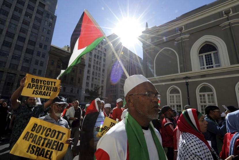 Demonstasi di Cape Town, Afrika Selatan, Selasa (15/5), menentang penggunaan kekerasan mematikan tentara Israel kepada warga Palestina di perbatasan Gaza pada Senin (14/5).