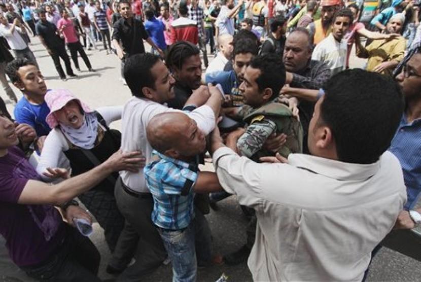 Demonstran bentrok dengan aparat Mesir