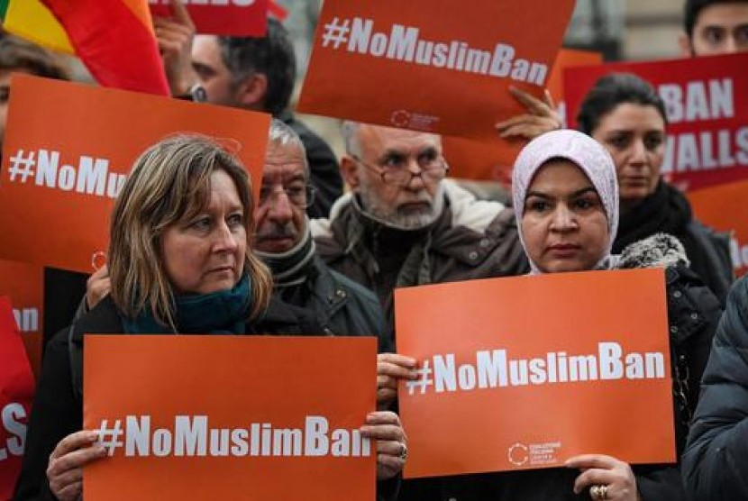 Demonstran memprotes perintah eksekutif Presiden AS Donald Trump yang melarang Muslim dari tujuh negara memasuki AS. Protes berlangsung di depan Kedubes AS di Roma, Italia, 2 Februari 2017.