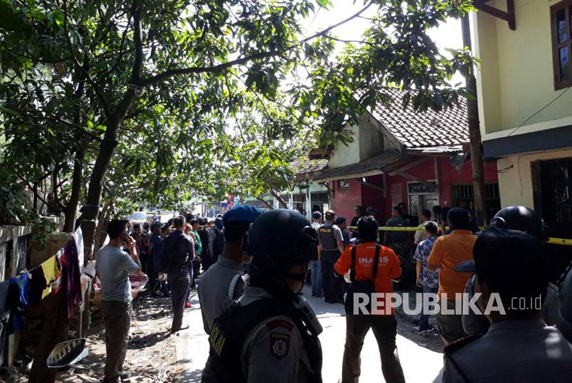 Densus 88 Antiteror Mabes Polri bersama polda jabar dan polres Bandung melakukan penggeledahan terhadap rumah salah seorang berinisial A yang diduga terlibat dengan terduga pelaku bom bunuh diri di Kampung Melayu, Jumat (26/5).