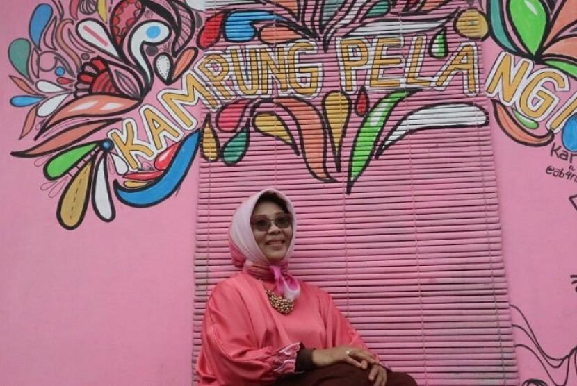 Deputi Bidang Pengembangan Pemasaran Pariwisata Nusantara, Esthy Reko Astuti saat mengunjungi Kampung Pelangi di Banjarbaru, Kalimantan Selatan