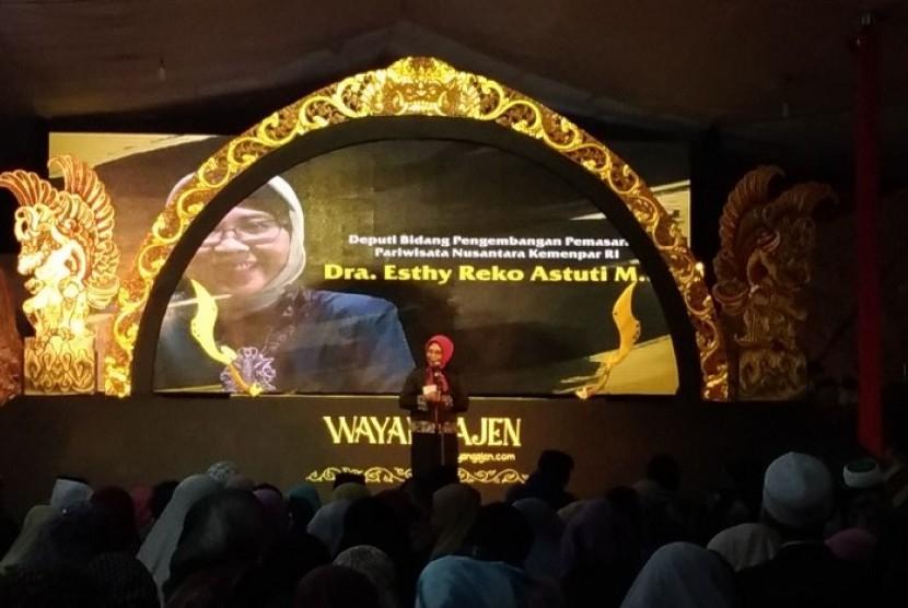 Deputi Bidang Pengembangan Pemasaran Pariwisata Nusantara Esthy Reko Astuti saat menyampaikan sambutan di Pertunjukan spektakuler Wayang Ajen