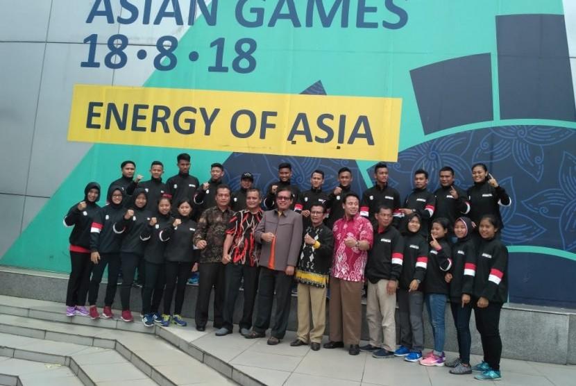 Deputi III Kemenpora Raden Isnanta (tengah) melepas tim pencak silat junior Indonesia ke Kejuaraan Dunia, Jumat (20/4).