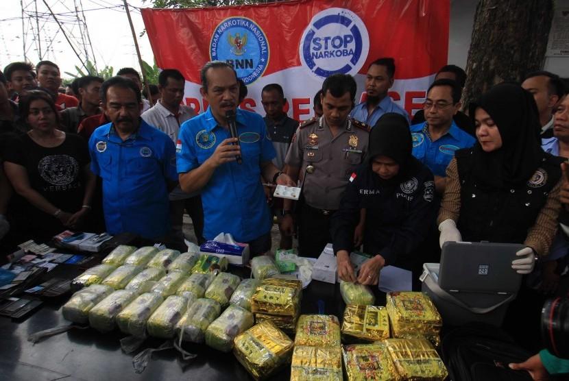 Deputi Pemberantasan Badan Narkotika Nasional (BNN) BNN Irjen Pol Arman Depari (tengah) memperlihatkan barang bukti narkoba setelah berhasil menangkap bandar narkoba di Jalan AH Nasution Medan, Sumatera Utara, Selasa (20/3).