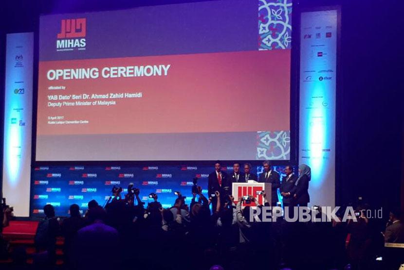 Deputi Perdana Menteri Malaysia Ahmad Zahir Hamidi bersama jajarannya secara resmi membuka MIHAS 2017, dengan menekan tombol di atas podium, Rabu, (5/4).