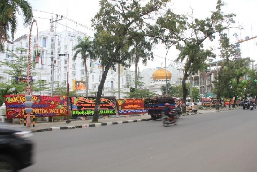 Deretan papan bunga menghiasi halaman kantor Gubernur Sumut, Kamis (11/1). Papan bunga ini bentuk kekecewaan dan untuk menyemangati Gubernur Tengku Erry yang gagal ikut dalam Pilgub Sumut.