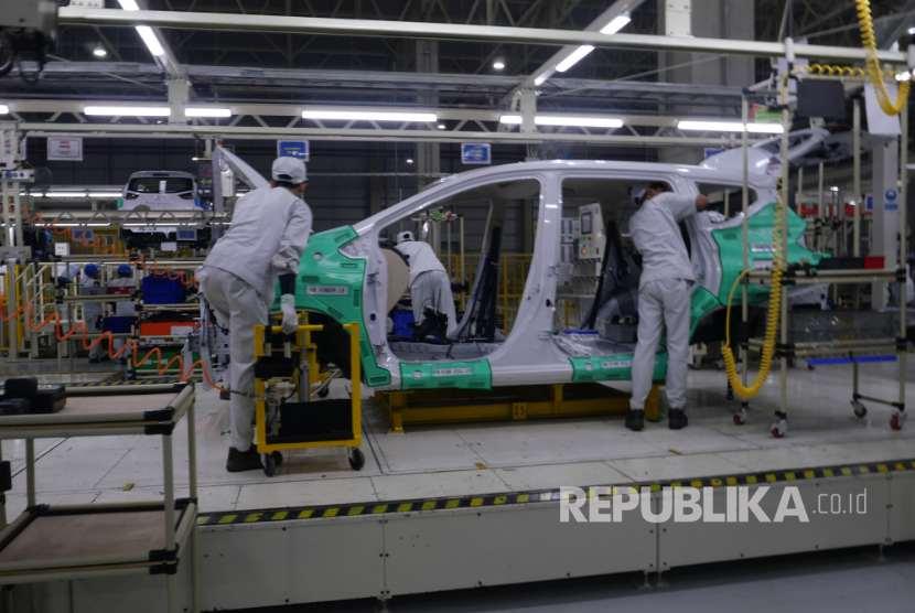 Deretan unit Mitsubishi Xpander  di pabrik Mitsubishi Motors Cikarang, Bekasi, Selasa (3/10).