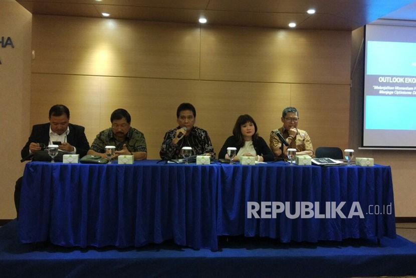 Dewan Pimpinan Pusat (DPP) asosiasi pengusaha Indonesia (Apindo) memaparkan outlook ekonomi 2018 di Kantor Pusat Apindo, Jakarta, Selasa (5/12).