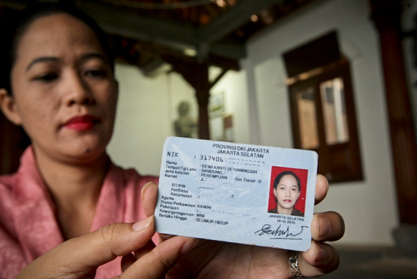 Dewi Kanti Setianingsih, a Sunda Wiwitan believer shows her ID card with religion column left empty.