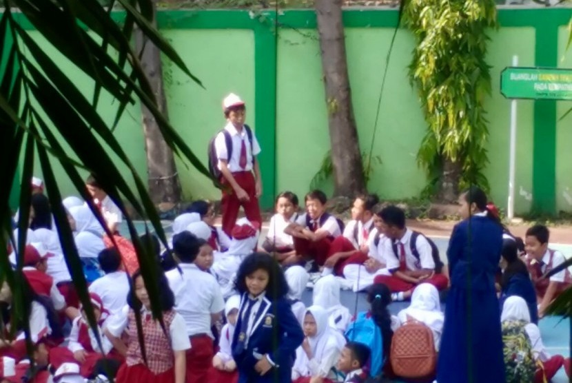 Di bawah pengawasan guru, peserta didik baru di salah satu SMP di Jakarta Timur menjalani masa pengenalan sekolah dengan bimbingan pengurus OSIS. (Ilustrasi)