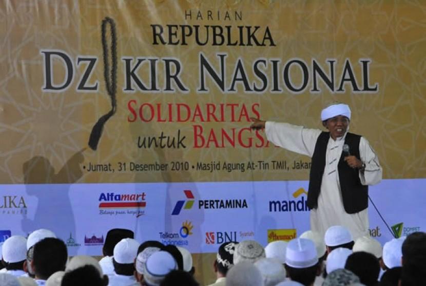 Ustadz Toto Tasmara memberikan tausiah di Masjid At-Tin, Taman Mini Indonesia Indah, Jakarta (Ilustrasi)