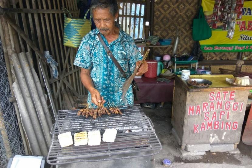 Didi Rosidi (63 tahun) pedagang satai maranggi Situ Wanayasa, sedang membakar satai (Ilustrasi)