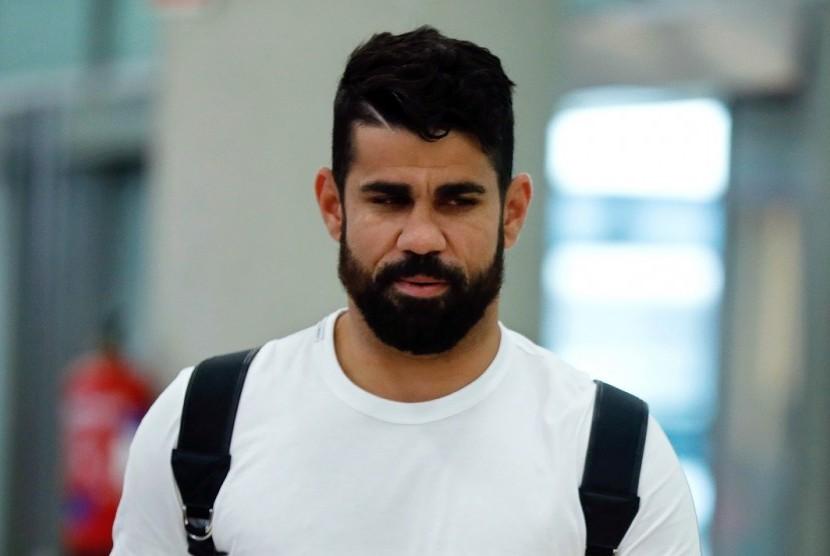 Diego Costa saat baru mendarat di Kota Madrid, Jumat (22/9). Costa akan menjalani tes kesehatan di Atletico Madrid.