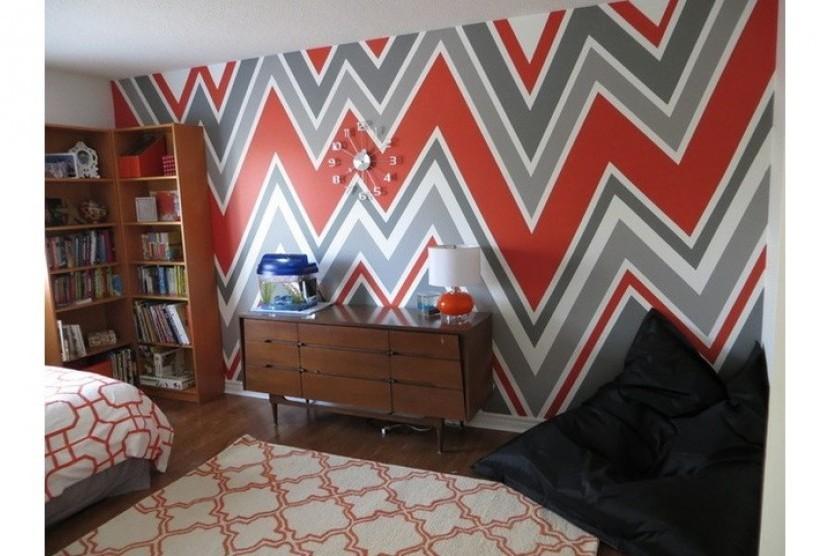 Dinding dengan dekorasi ragam garis akan menambah kehangatan rumah.