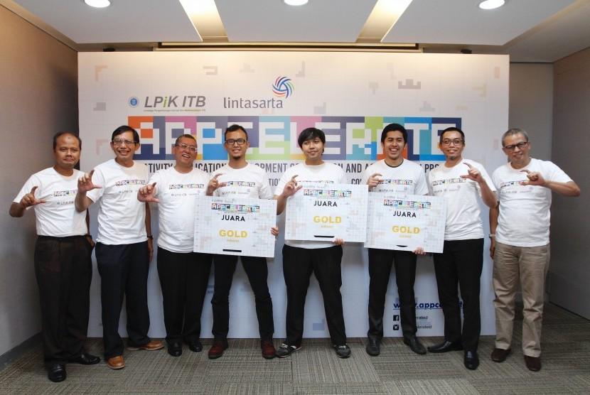 Direksi Aplikanusa Lintasarta, pengurus LPIK ITB dan para start up pemenang Lintasarta Appcelerete berfoto bersama di Jakarta, Senin (28/11/2016).