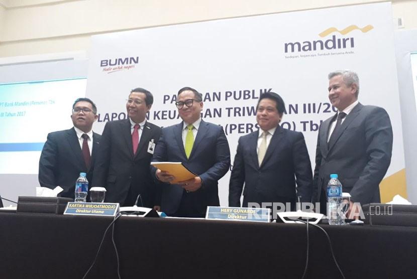 Direksi Bank Mandiri melaksanakan konferensi pers Paparan Kinerja Kuartal III 2017 di Plaza Mandiri, Jakarta, Selasa (24/10).