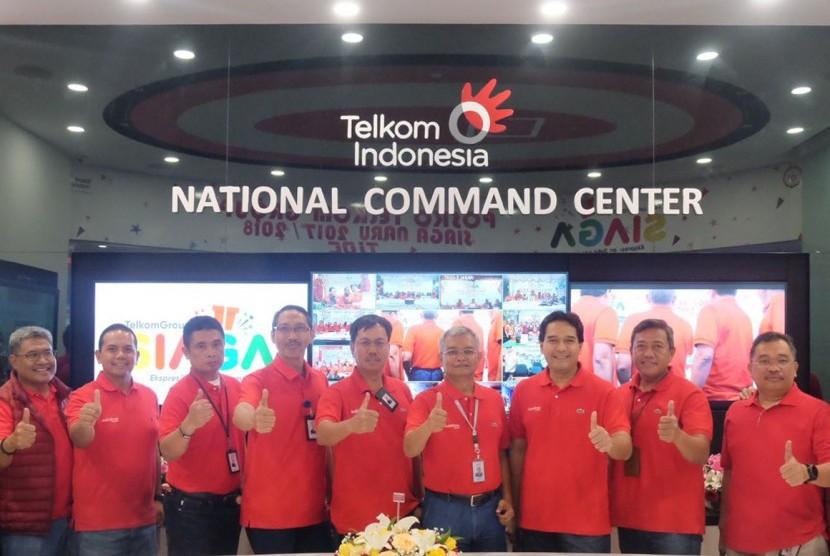Direksi TelkomGroup saat meninjau trafik komunikasi TelkomGroup di salah satu posko network operation untuk memastikan kestabilan kualitas layanan telekomunikasi pelanggan dan masyarakat menjelang malam pergantian tahun 2018, Ahad (31/12).