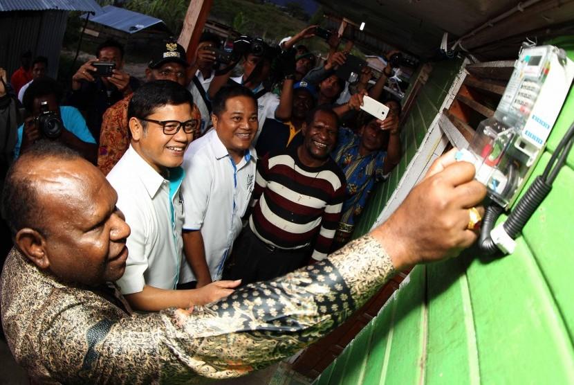 Direktur Bisnis Regional Maluku dan Papua PLN, Haryanto WS (dua dari kiri) dan General Manager PLN Wilayah Papua dan Papua Barat, Yohanes Sukrislismono (tiga dari kiri) 1mendampingi Bupati Deiyai Papua, Dance Takimai (paling kiri) saat penyalaan rumah warg