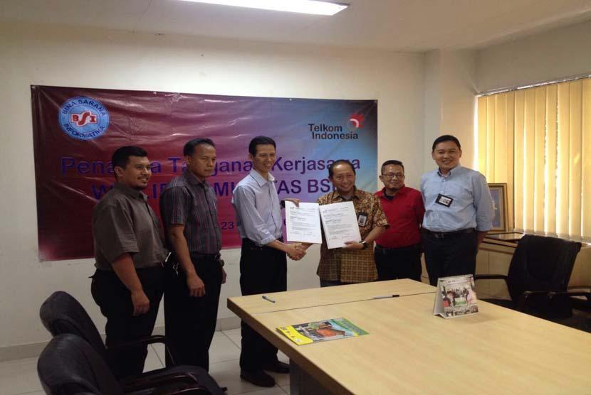 Direktur BSI Naba Aji (ketiga dari kiri) dan GM Trading & Distribution Services Divisi Enteprise Service PT Telekomunikasi Indonesia Moch Wasi'ul Hakim  menandatangani MoU di Kantor Pusat BSI, Cawang, Jakarta Timur, Kamis (23/6/2016).