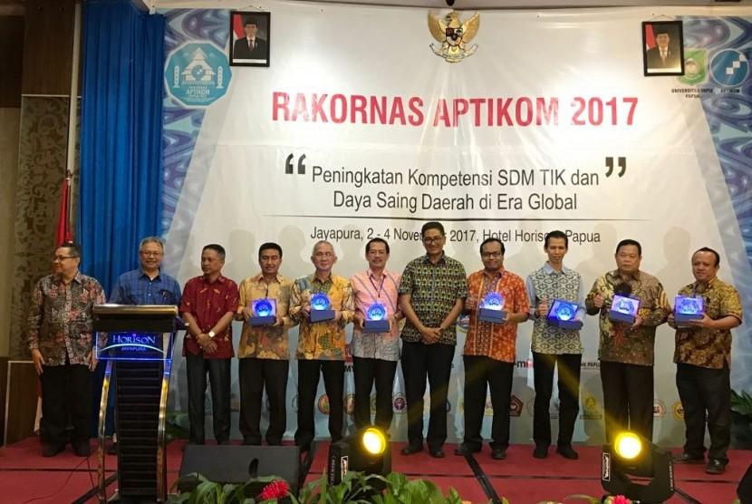 Direktur BSI Naba Aji Notoseputro (ketiga dari kanan) bersama pimpinan 10 PTS yang memberikan beasiswa kepara putra daerah Papua.