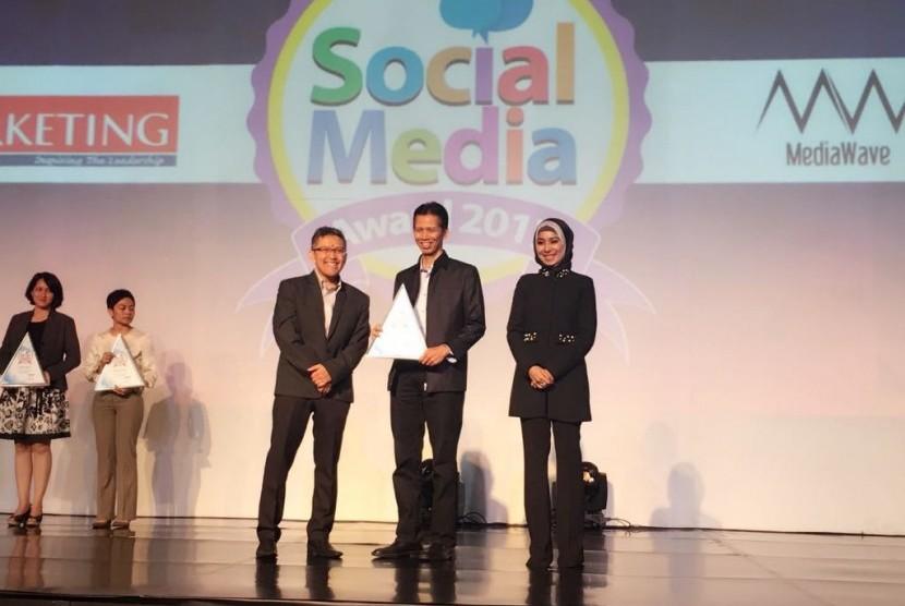Direktur BSI Naba Aji Notoseputro menerima penghrgaan Social Media Award 2017.