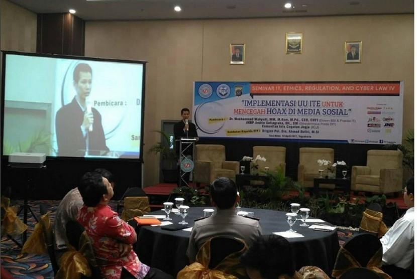 Direktur BSI Naba Aji Notoseputro saat menghadiri seminar Cyber Law 4 AMIK BSI Yogyakarta.