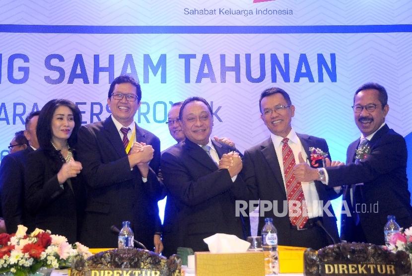 Direktur BTN Handayani, Direktur BTN Mahelan Prabantarikso, Direktur Utama BTN Maryono, Komisaris BTN Maurin Sitorus, serta Direktur BTN Adi Setianto (dari kiri) berfoto bersama seusai RUPAT bank BTN di Menara BTN, Jakarta, Jumat (17/3).