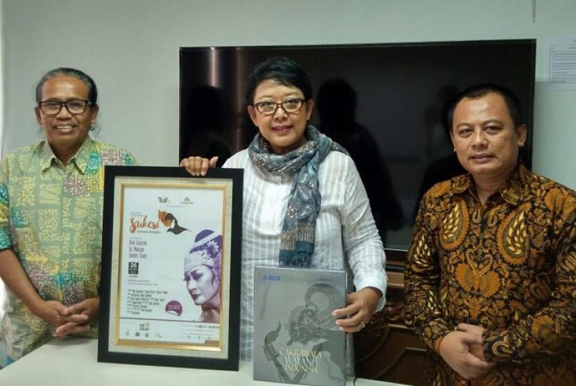 Direktur Edukasi Ekonomi Kreatif, Bekraf, Dra. Poppy Savitri menerima pemberian buku berjudul 'Cakrawala Wayang Indonesia' yang diterbitkan SENAWANGI (Sekretariat Nasional Pewayangan Indonesia), dan poster pementasan Drayang (Drama Wayang) 'Sukesi Saskara