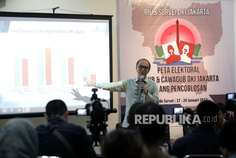Direktur Eksekutif Charta Politika Indonesia, Yunarto Wijaya, memberikan paparan saat rilis hasil survei Peta Elektoral Cagub dan Cawagub DKI Jakarta Jelang pencoblosan di Kantor Charta Politka, Jakarta beberapa waktu lalu. (ilustrasi)