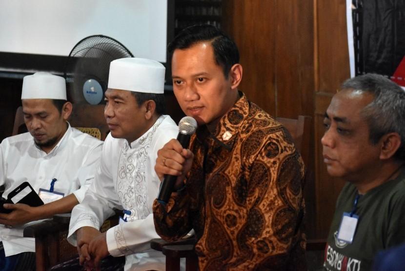 Direktur Eksekutif The Yudhoyono Institute Agus Harimurti Yudhoyono (kedua kanan) memberikan pemaparan saat Dialog Rakyat Lintas Generasi di Ambarawa, Kabupaten Semarang, Jawa Tengah, Selasa (22/8).