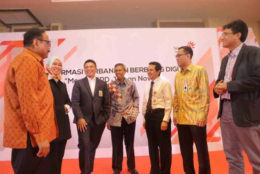 Direktur Enterprise and Business Service Telkom Dian Rachmawan (ketiga dari kiri) didampingi EVP Divisi Enterprise Service Telkom Siti Choiriana (kedua dari kiri) dan Dirut telkomsigma Judi Achmadi (paling kanan) saat berbincang-bincang dengan Dirut Bank BPD DIY Bambang Setiawan (paling kiri), Staf Ahli Direksi Bagian Syariah & Manajemen Resiko LPPI Edy Setiady (keempat dari kiri), Senior Executive Analyst for Deputy Commisioner of Banking Supervisor IV OJK Roberto Akyuwen, Dirut Bank Sumut Edie Rizliyanto di sela-sela event bertajuk Transformasi Perbankan Berbasis Digital di Hotel Pullman Thamrin Jakarta, Kamis (12/4).
