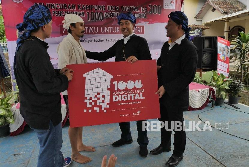 Direktur Enterprise dan Business Service PT Telkom Indonesia Muhammad Awaluddin (kedua dari kanan) dan sesepuh Baduy Dalam Ayah Mursid (kedua dari kiri) dalam sesi foto pencanangan 1000 Kampung UKM Digital di Kampung Ciboleger Kenekes, Kab Lebak, Banten, J