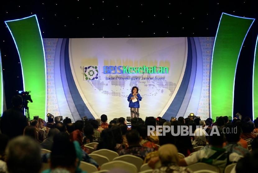Direktur Kepersertaan dan Pemasaran BPJS Kesehatan Andayani Budi Lestari meberikan sambutan pada acara bincang Jaminan Kesehatan Nasional-Kartu Indonesia Sehat (JKN-KIS) bertema Menuju Rakyat Sehat dan Sejahtera Melalui Program JKN-KIS di Jakarta, Senin (2
