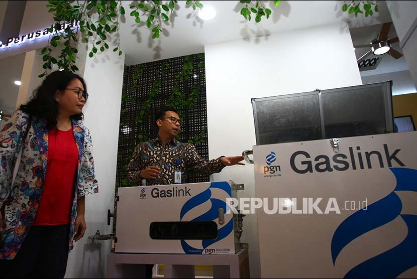 Direktur Komersial PT Perusahaan Gas Negara (Persero) Tbk (PGN) Danny Praditya (kanan) menjelaskan program PGN 360 ntegrated Solution kepada pengunjung pameran Indonesia Future City & REI Mega Expo di ICE BSD, Tangerang, Banten, Rabu (20/9). Solusi PGN 360 merupakan bagian dari upaya perusahaan untuk memberikan kemudahan kepada pelanggan.