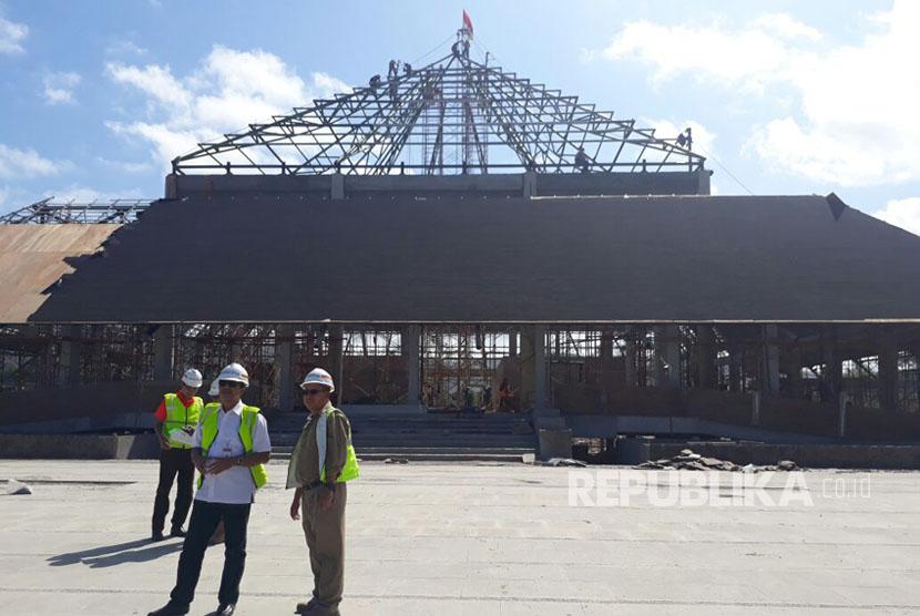 Direktur Konstruksi dan Operasional PT ITDC Ngurah Wirawan meninjau pembangunan Masjid Mandalika, Selasa (25/7). Rencananya masjid ini akan diresmikan Presiden Jokowi pada Agustus mendatang.