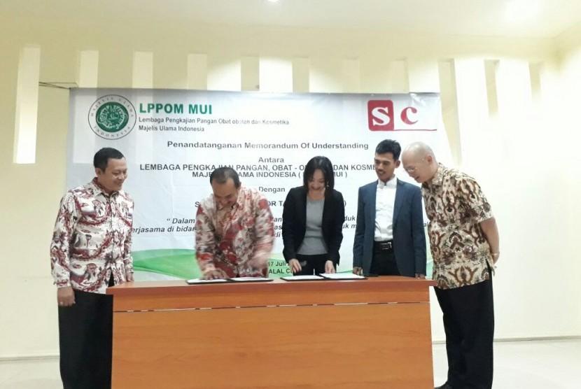 Direktur LPPOM MUI Lukmanul Hakim (ke dua dari kiri) dan CEO Sincung Halal for Taiwan Lin Sin Ying (tengah) menandatangani nota kesepahaman (MoU) permohonan pengajuan sertifikasi halal untuk memajukan industri halal Taiwan dan Indonesia di Kantor Global Halal Center, Kota Bogor, Senin (17/7).