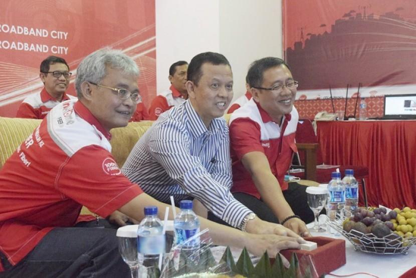 Direktur Network & IT Solution Telkom Zulhelfi Abidin (kiri), Wali Kota Sukabumi, Mohamad Muraz (tengah), dan EVP Telkom Regional III I Ketut Budi Utama (kanan) bersama-sama menekan tombol menandakan pencanangan Kota Sukabumi sebagai Telkom Modern City pertama di Indonesia bertempat di T-Cloud Sukabumi (4/8).