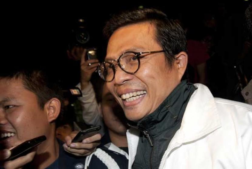 Direktur PT. Indoguna Utama yang menjadi tersangka dugaan suap impor daging sapi, Arya Abdi Effendi, berjalan memasuki mobil tahanan usai diperiksa KPK, Jakarta, Kamis dini hari (31/1).