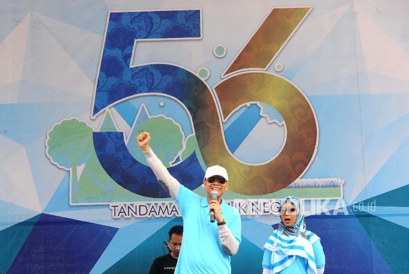 Direktur Utama Bank BJB Ahmad Irfan (kiri) menyampaikan sambutannya saat HUT ke-56 Bank BJB di Jakarta, Ahad (14/5).